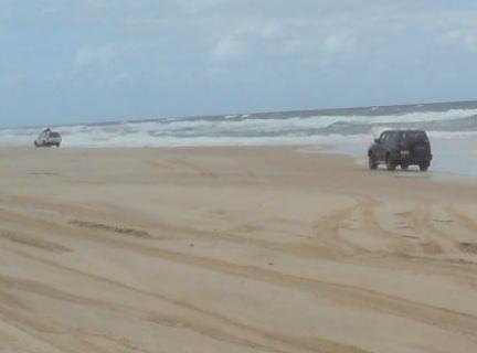 我可是第一次驾着四轮驱动车在沙滩上行走耶。。。哈!
