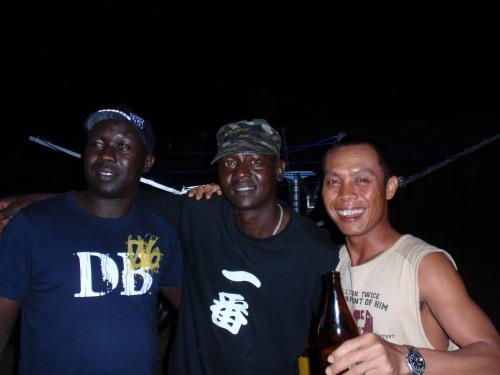 平安夜聚会,一番黑鬼与印尼朋友的合照。