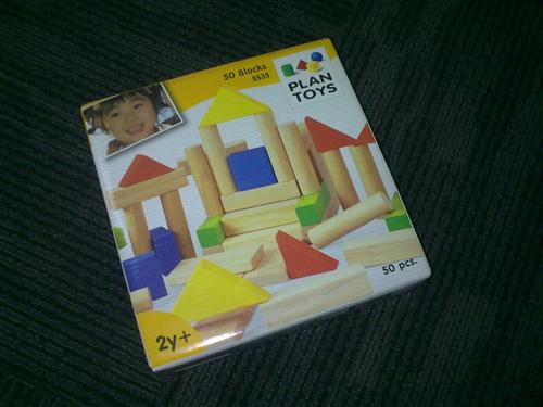 这盒泰国制造的积木,有五十块,它不同的形状引起孩子们砌城堡的兴趣。品质不错。因为是从HSBC信用卡分数兑换,所以我也不知道市场上哪里可以买到,多少钱。