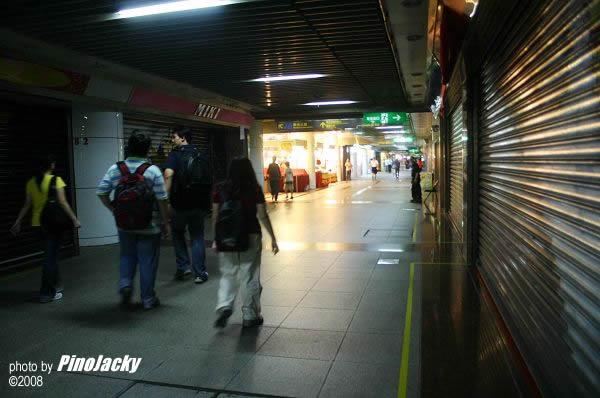 臺北的地下商場,太早下來了,很多店鋪都還沒開門。