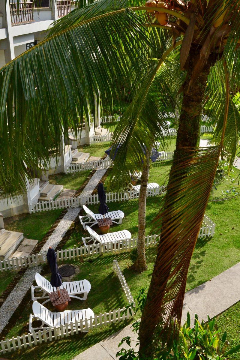 在阳台往下一看,底楼房间还有自己的后院呢!