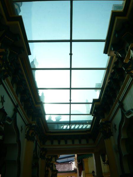阿都卡夫回教堂1910年建成,几乎已有百年了,这个玻璃天井应该是后期加盖的。