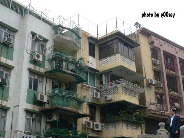 大山巴旁的民宅