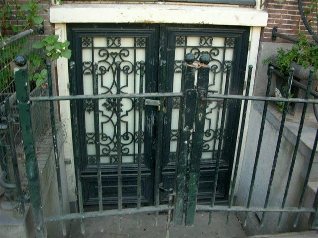 很好奇这类传统房子,门比地面低了两尺,下雨天屋子不会进水吗?