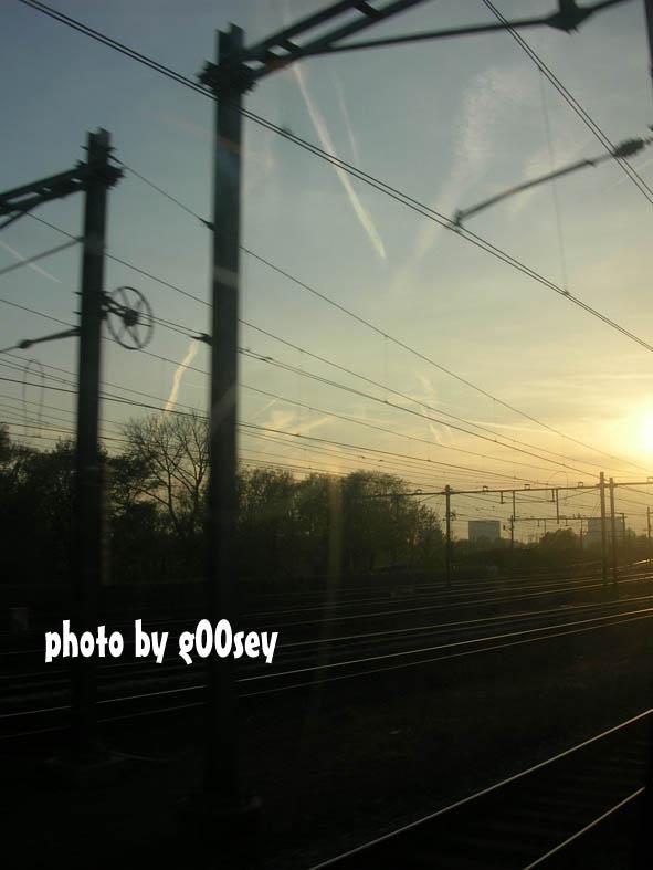 傍晚乘火车回机场,要赶搭9点的飞机去布拉格了.