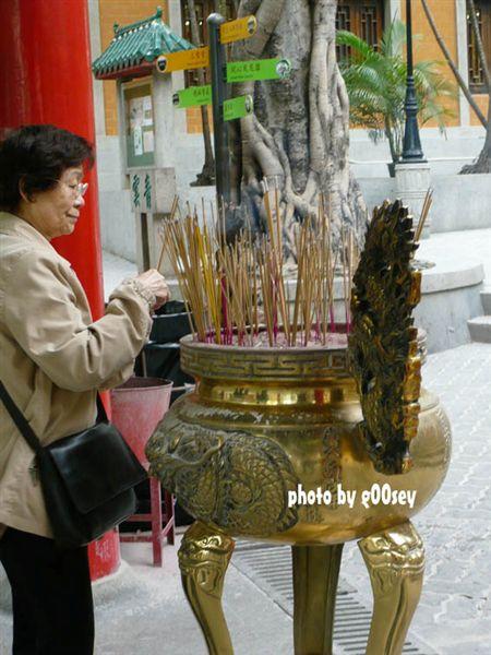 黄大仙香火太旺,信徒的香才插上去没多久,工作人员就把香拔起丢进垃圾桶。