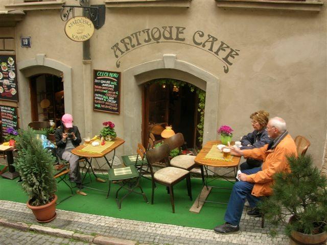 路上的餐厅,当地人悠闲地喝上午茶