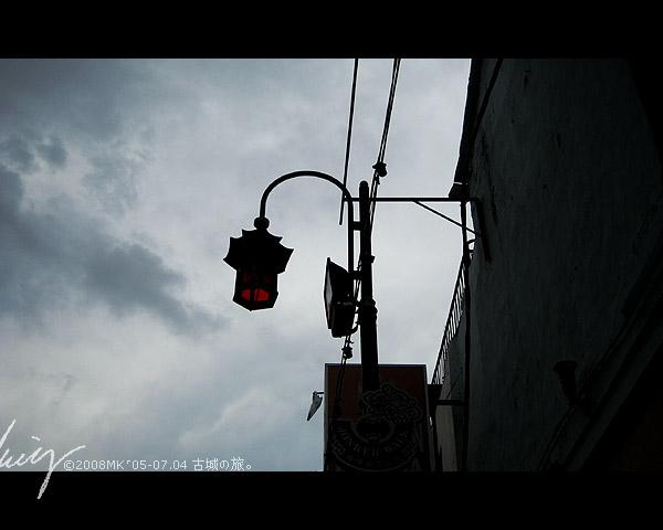 突然出現的烏云下寂寞的街燈。