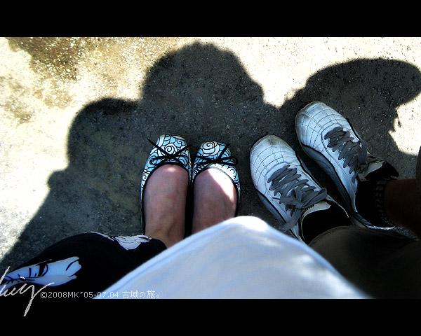 耶耶!終于搖搖晃晃地來到我們的目的地 —— 文化街,開始了我們的古城弄巷徒步履行。 (去KLCC走走時買的我的新布鞋和另外一雙貌似走過千山萬水的臟鞋子)