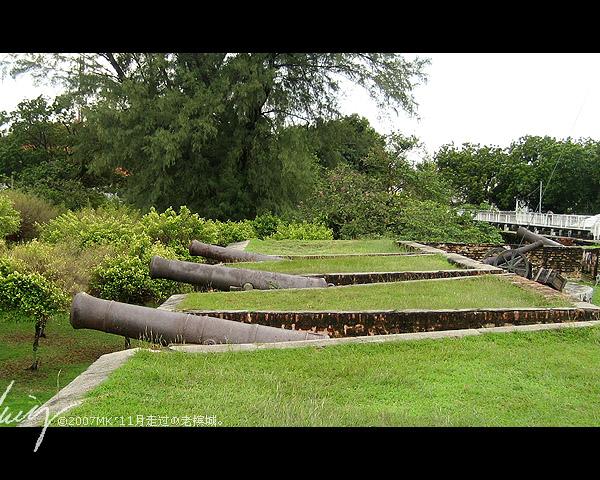 """其堡垒俯瞰北海道港口及延伸东部海滨的海港活动; 城堡西北部裝有一尊于1603年制造的荷兰大炮,称为""""斯里南北"""",>. <"""
