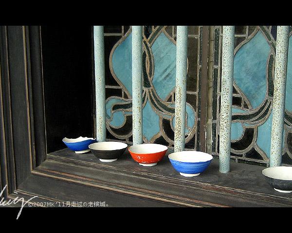 窗户上都摆上这些瓷碗呢,有典故,有典故..
