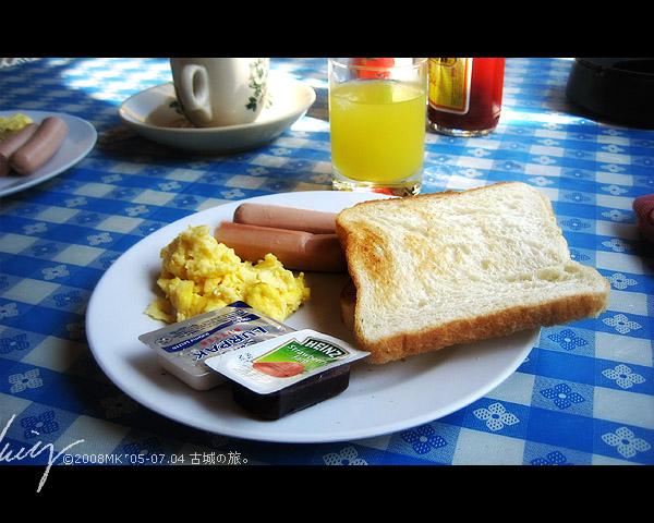 坐在戶外陽光下吃著很小份的美式早餐,只能不餓,無法滿足..
